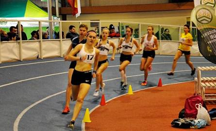 Karolina Fiutek (na pierwszym planie) zajęła drugie miejsce na dystansie podczas mityngu halowego w Łodzi