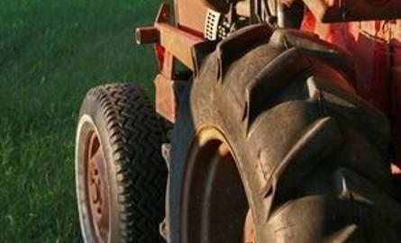 Pijany i bez prawa jazdy uszkodził traktorem auto