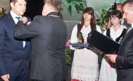 Cezary Kucharski otrzymał z rąk prezydenta Tarnobrzega Norberta Mastalerza tytuł honorowego obywatela miasta. Z prawej przewodniczący rady Miasta Tarnobrzega