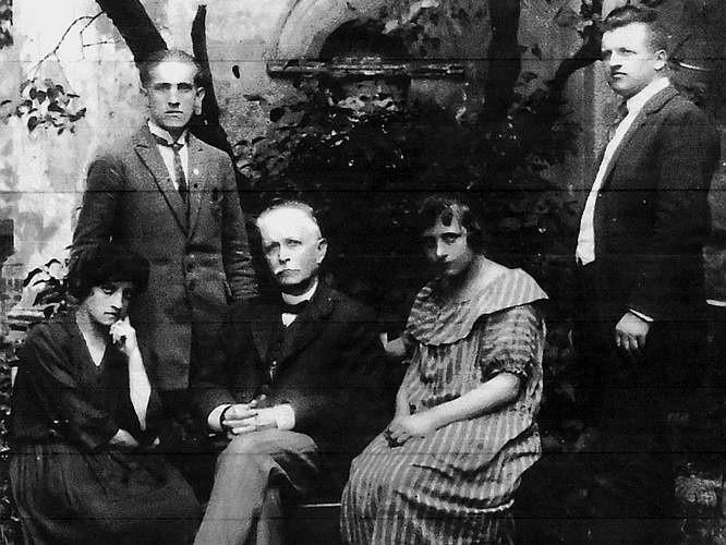 Wielichowo, lata 1923-1925. Grono nauczycielskie, z lewej stoi Franciszek Kozubal