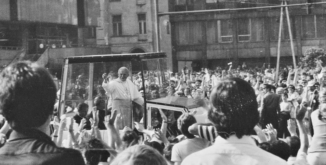 Przejazd papieża dzisiejszą al. Piłsudskiego.