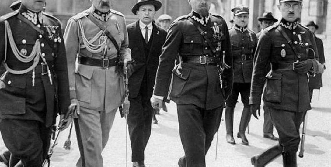 Marszałek Piłsudski z oficerami na Królewskiej, w drodze do Sztabu Generalnego