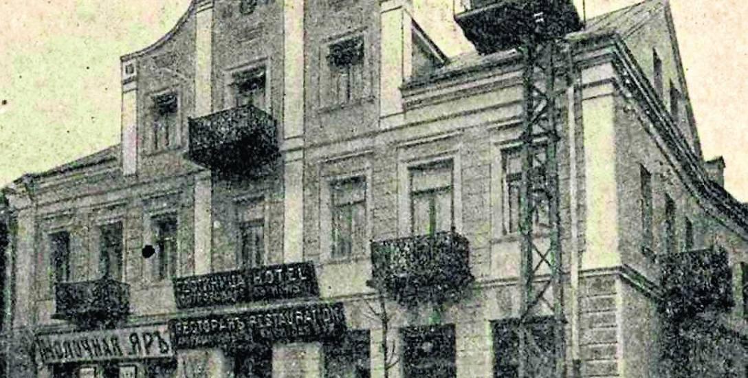 Dom przy ul. Warszawskiej 15, zbudowany około 1913 r. przez Wilhelma Ostrowskiego, który prowadził w nim hotel i restaurację.