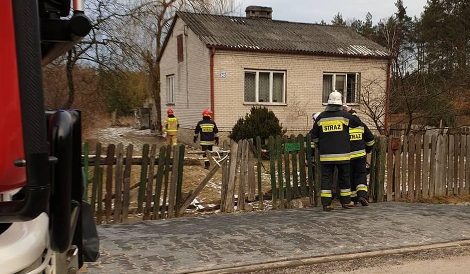 Film do artykułu: Pożar w Sadku koło Szydłowca. Kobieta z oparzeniami twarzy w szpitalu. Palilo się jej ubranie. Niewykluczone, że zasnęła z papierosem w ręku