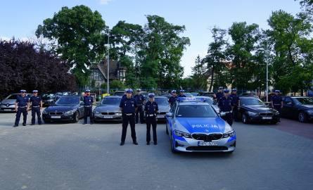 Policjanci do służby wyjeżdżają nieoznakowanymi samochodami marki BMW z wideorejestratorami oraz oznakowanymi radiowozami z laserowymi miernikami pr