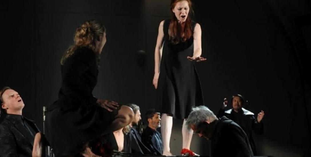 """Zdjęcie z próby w Teatrze Pieśni Kozła spektaklu """"Hamlet. Komentarz"""", jednego z dwóch pretendentów do nagrody Złotego Yoricka, przyznawanej"""