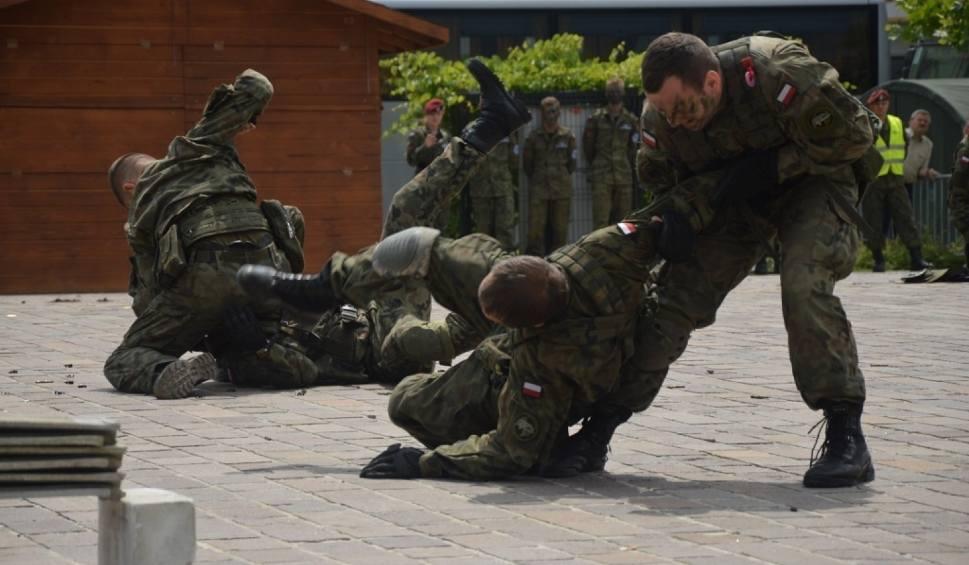 Film do artykułu: Armia szuka żołnierzy. Werbuje w Łodzi i regionie w galeriach handlowych, na targowiskach, dworcach i basenach
