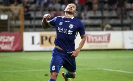 Rafał Augustyniak do Legnicy przyszedł z Wigier Suwałki. Teraz strzelił gola swoim byłym kolegom i dał prowadzenie Miedzi