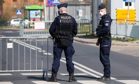 Koronawirus raport. Poznań - policjanci przed miejskim szpitalem