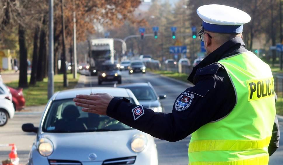 Film do artykułu: Akcja Znicz 2019: więcej policji na drogach w związku z Dniem Wszystkich Świętych. Ale niedzielnych kierowców moc. Uważajcie