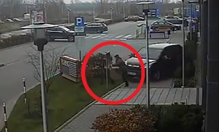 Przerażające nagranie. Kierowca wjechał w dwie kobiety [WIDEO]