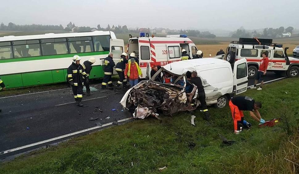 Film do artykułu: Wypadek w Wielmoży. Autobus zderzył się z samochodem. Są ranni [ZDJĘCIA]