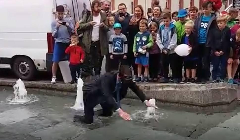 Film do artykułu: Burmistrz Mikołowa w garniturze zanurkował w fontannie na rynku WIDEO + ZDJĘCIA Został ukarany