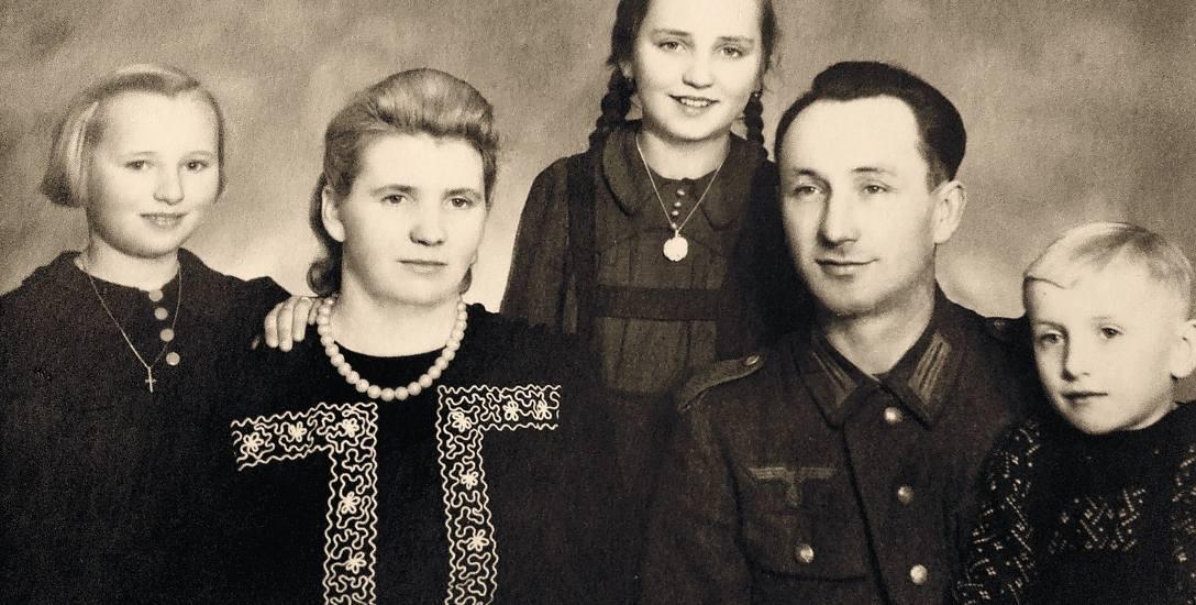 Zdjęcie rodzinne Liszków, datowane na rok 1940. Od lewej: Antonina Liszka, Gertruda Liszka, Stefania Erm, Emanuel Liszka oraz Henryk Liszka. Emanuel