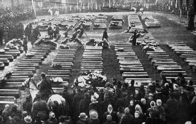 1 grudnia 1945 r. na Starym Rynku odbył się manifestacyjny pogrzeb ofiar, których szczątki ekshumowano na cmentarzu przy ul. Szubińskiej,  na Cmentarzu