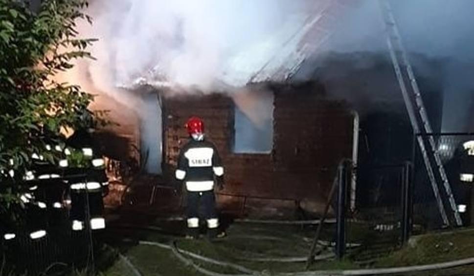 Film do artykułu: Kobieta i mężczyzna zginęli w nocnym pożarze drewnianego domu w Gorzycach! (ZDJĘCIA)