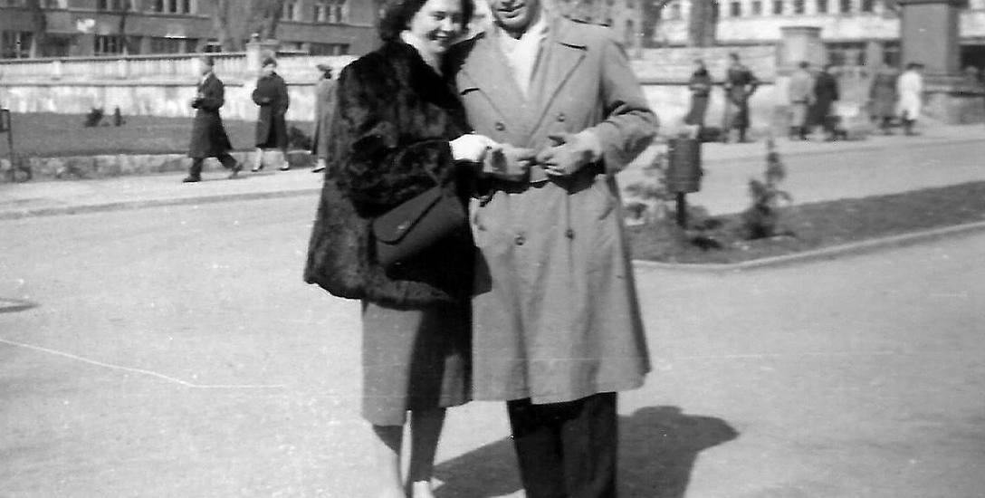 Elżbieta i Jerzy Wadasowie na placu Wolności w Opolu. Inż. Jerzy Wadas był w tym czasie wspólnie z inż. Edwardem Wianeckim jednym z budowniczych kampusu