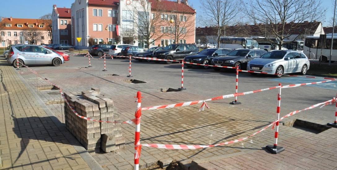 Auta z napędem elektrycznym będzie można ładować w Słubicach już od kwietnia. Punkt ładowania znajdzie się przed Urzędem Miejskim.