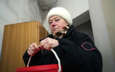 Pani Mieczysława w mieszkaniu musi palić węglem, który wnosi z piwnicy na II piętro.