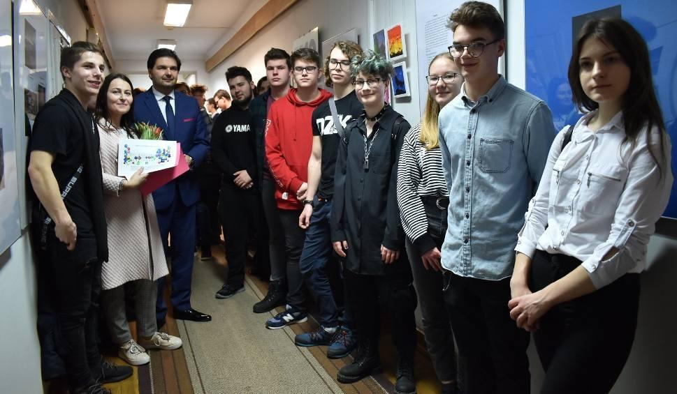 """Film do artykułu: Radom. """"Elektronik"""" wystawia w bibliotece - uczniowie Zespołu Szkół Elektronicznych poprzez sztukę uczą się chemii"""
