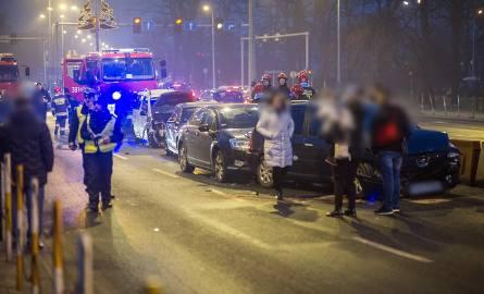 Siedem rozbitych samochodów i zablokowany wiadukt w Lesznie - to bilans karambolu, do którego doszło w niedzielę około godz. 16.30 na wiadukcie Grota