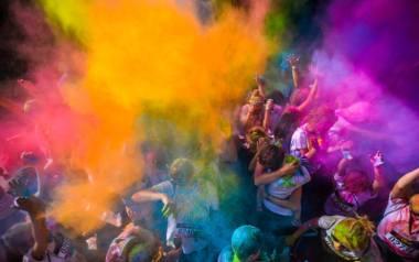The Color Run to bieg inny niż wszystkie. Na trasie spotkać można uśmiechnięte matki z wózkami, ojców z dziećmi na baranach, roztańczone grupy młodzieży,
