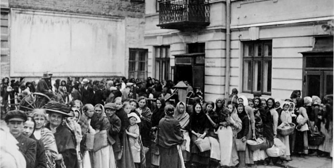 Kolejka po chleb w jednym z niemieckich miast. Upodlenie nędzą oraz nadzieja na pokój były czynnikami, które zdeterminowały wygłodniałe masy do rewo