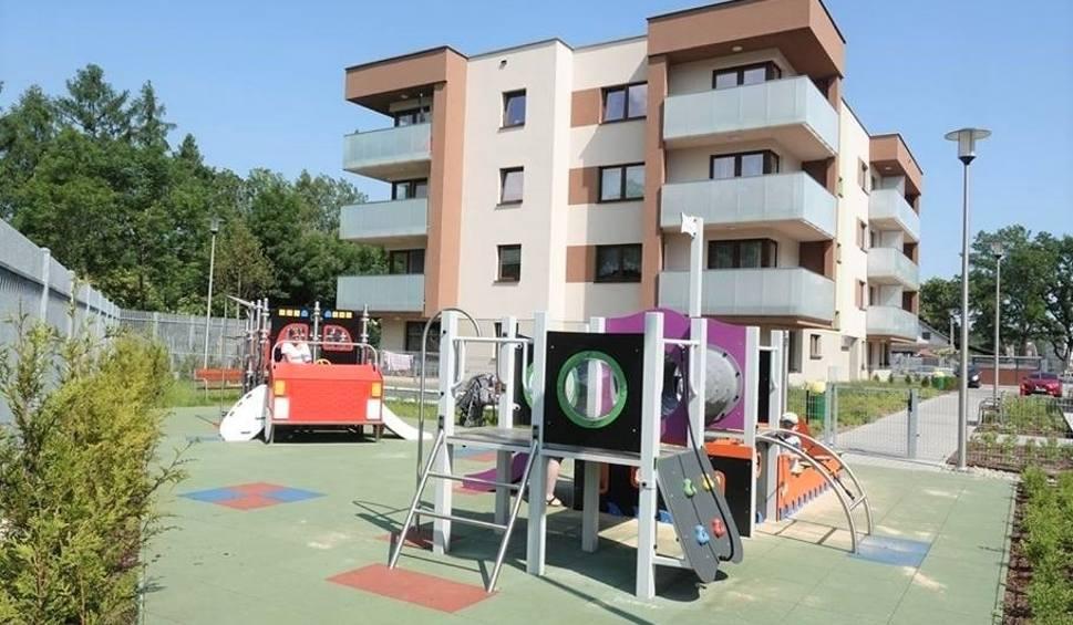 Film do artykułu: To krakowskie osiedle ma korty, boiska, siłownię na powietrzu, przedszkola i żłobki. Jak to możliwe?