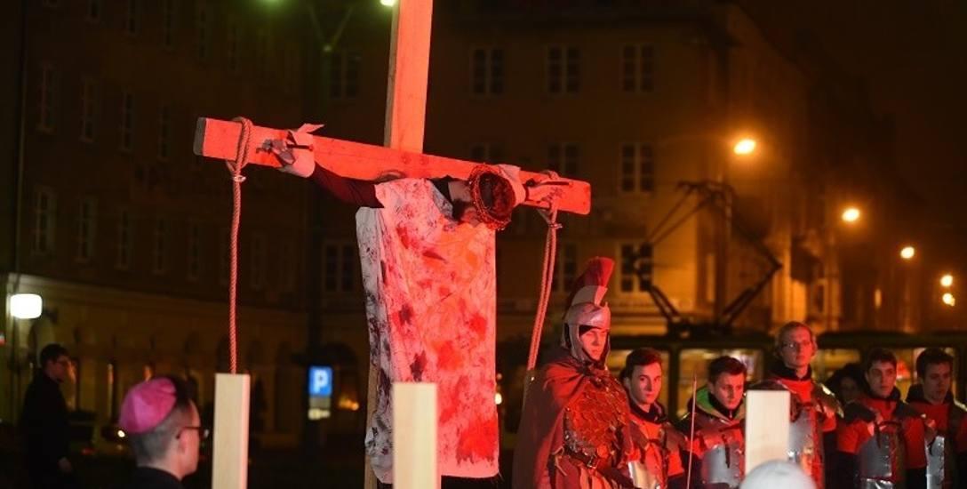 Misterium Męki Pańskiej zakończy się sceną ukrzyżowania Jezusa na placu Wolności.