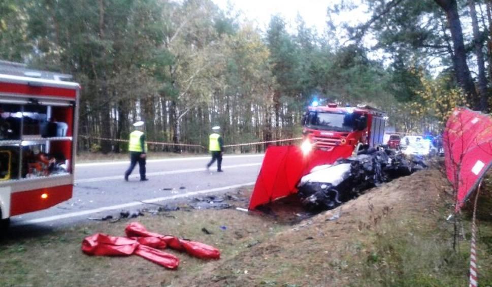 Film do artykułu: Wypadek w Żeraniu Małym, na DK nr 61. Dwie ofiary śmiertelne, 11 osób rannych, 27.10.2019 [ZDJĘCIA]