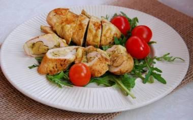 Grillowana pierś z kurczaka z marynowaną pieczarką i bazyliowym pesto.