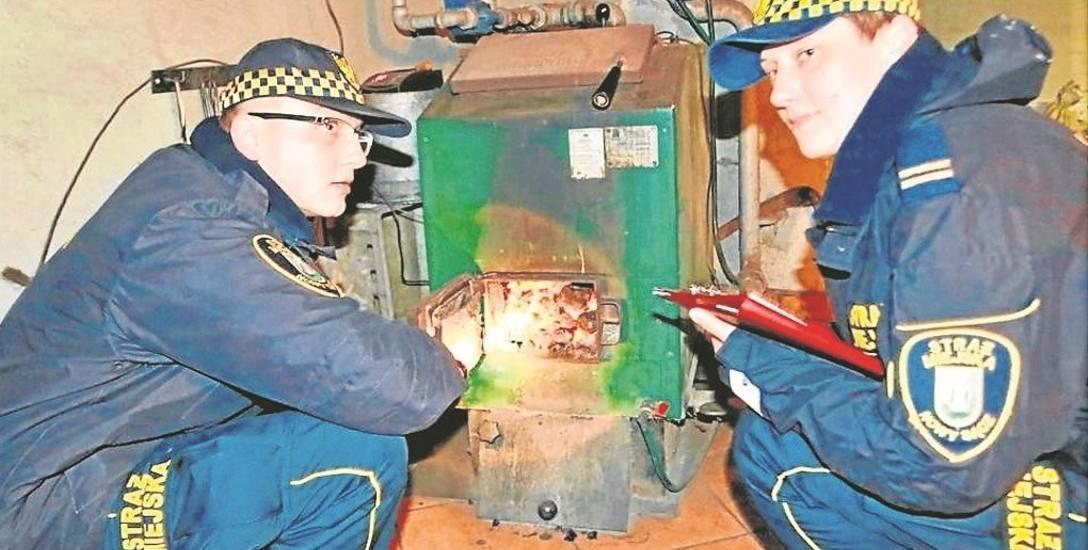 Strażnicy mają prawo  m.in. kontrolować jakość opału wykorzystywanego do palenia w piecach