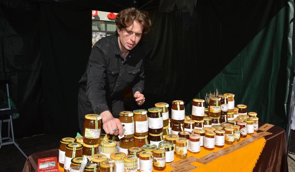 Film do artykułu: Jarmark miodu i wina w Żarach!. To tu co roku świętują pszczelarze z całej okolicy.Zobacz zdjęcia!