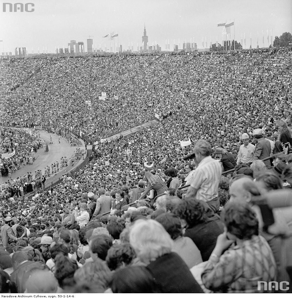 Msza św. na Stadionie Dziesięciolecia odprawiana przez Jana Pawła II. 17 czerwca 1983 roku.