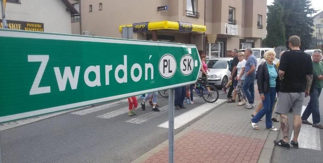Po otwarciu słowackiej odcinka autostrady D-3 mieszkańcy Węgierskiej Górki protestowali przeciw zwiększonej ilości tirów