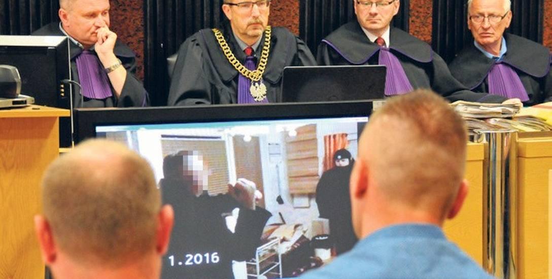 Podczas procesu odtworzono 1,5 - godzinny zapis wideo z eksperymentu procesowego na miejscu zabójstwa