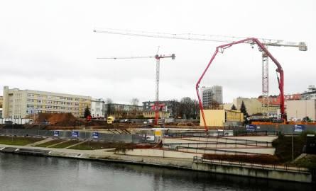 Olimpijska Astoria powstaje w Bydgoszczy. Żurawie na placu budowy [zdjęcia]