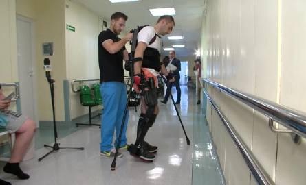 Tak wygląda robot, który pomaga chodzić Tomaszowi Gollobowi