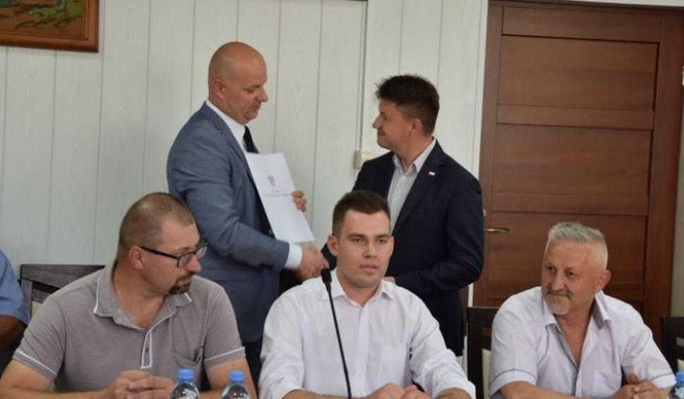 Film do artykułu: Absolutorium dla burmistrza Szydłowa Andrzeja Tuza podczas sesji. Będzie remont drogi w Brzezinach [ZAPIS TRANSMISJI]