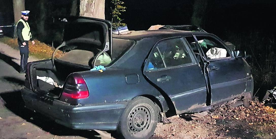 Kierowca i pasażerowie zginęli na miejscu. Samochód, przy sporej prędkości,  uderzył najpierw w jedno, później  drugie drzewo, zatrzymał się na trze