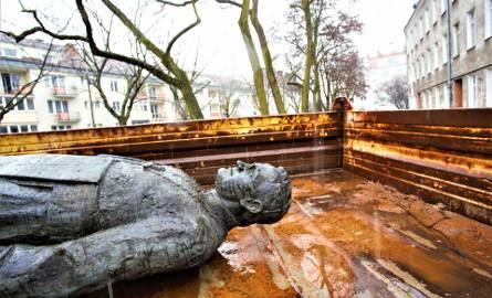 Przewrócony pomnik ks. prałata Henryka Jankowskiego po naprawie ma wrócić na dotychczasowe miejsce