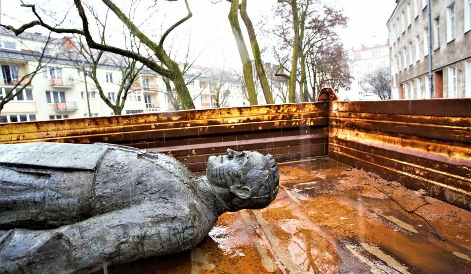 Film do artykułu: Gdańsk: Pomnik ks. prałata Henryka Jankowskiego po naprawie wróci na dotychczasowe miejsce? Cokół już stoi, figura jest w naprawie [zdjęcia]