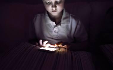"""Pokolenie """"pochylonych głów"""" to zarówno dzieci, nastolatki, jak i trzydziestolatki niemogące rozstać się z telefonem"""