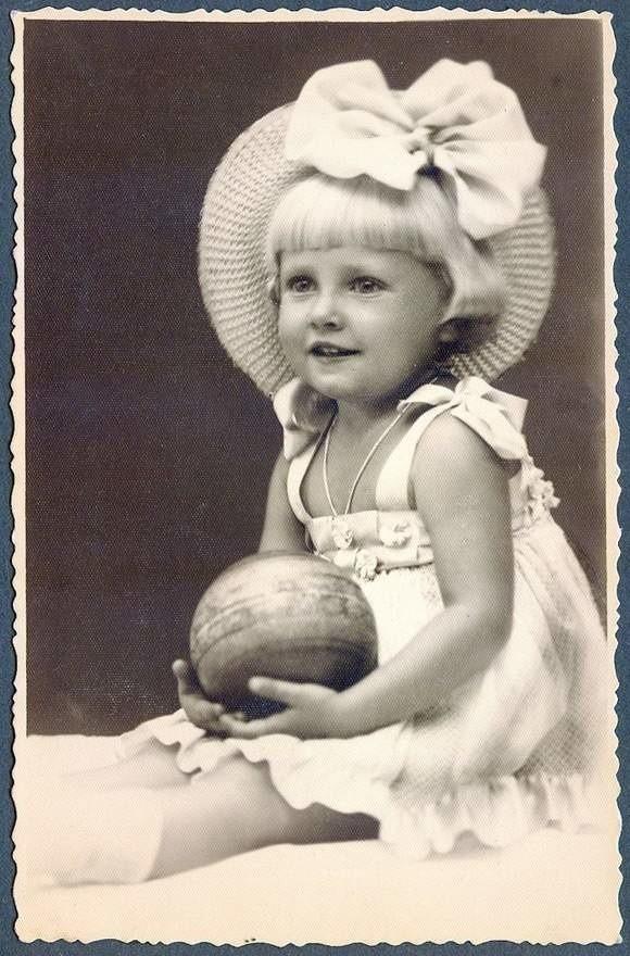 To zdjęcie kilkuletniej Krysi Kwitowskiej pokazano w niemieckiej kronice filmowej. Znaleziono je przy zwłokach jej ojca