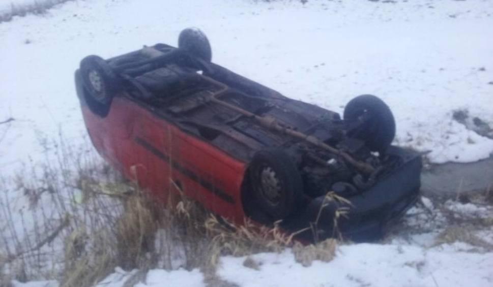 Film do artykułu: Kolizja w Skrzeszewie (powiat kartuski). Fiat wpadł do rowu i dachował. Nikt nie został ranny [13.02.2018]