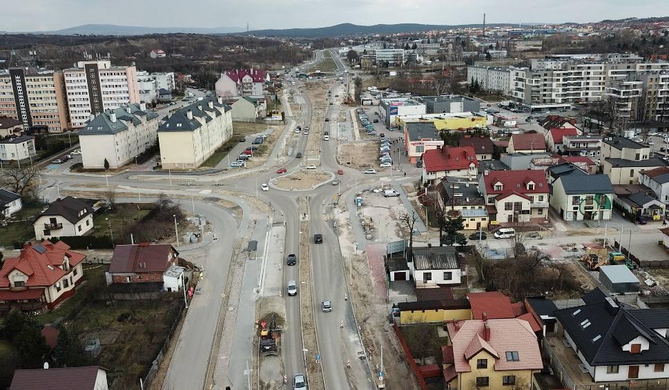 Film do artykułu: Tempo budowy ulicy Wapiennikowej w Kielcach zaskakujące, ostatni asfalt już po Wielkanocy (WIDEO I ZDJĘCIA Z DRONA)