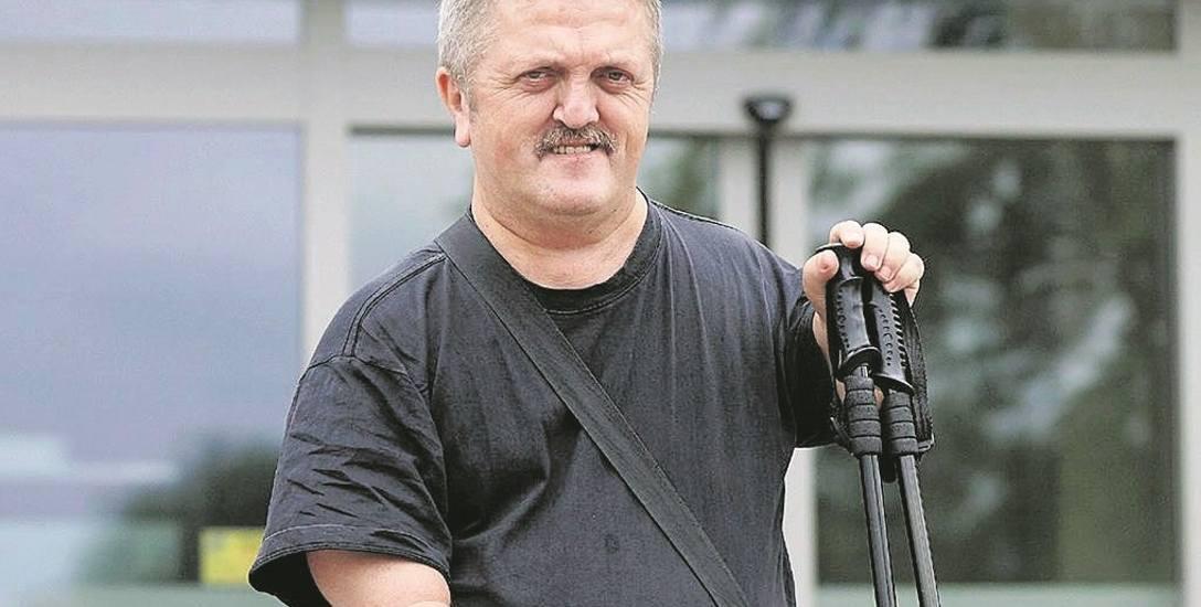 Tadeusz Żak (tu z czasów gdy stał w kolejkach) nie żali się, walczy o godne życie - swoje i innych