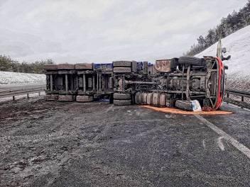 Samochód ciężarowy wywrócił się na autostradzie A4. Zablokowana droga w kierunku Krakowa