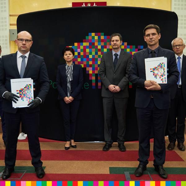 Na zdjęciu: na pierwszym planie z prawej - Cezary Ołdakowski, wtedy prezes Podlaskiej Fundacji Rozwoju Regionalnego, a z lewej marszałek województwa