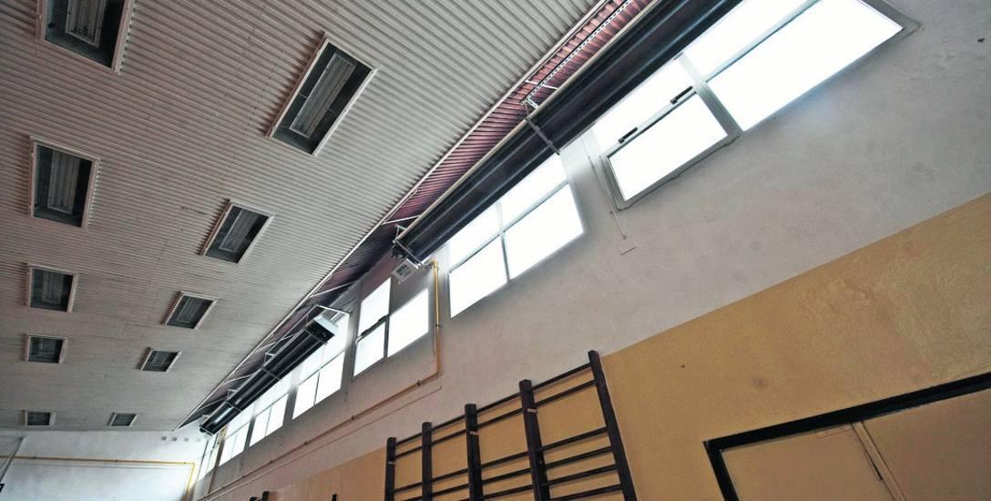 Dach, który zaciekał, został naprawiony. Wcześniej odgrzybiono pomieszczenie i częściowo odmalowano, pod sufitem (na zdjęciu) widać nową instalację
